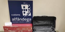 Apreensão de 36.000 cigarros transportados em bagagem de porão.